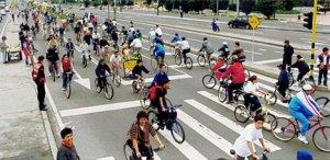 No domingo, aas avenidas de Bogotá, na Colombia, são dos ciclistas