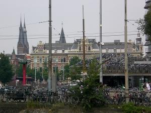 Estacionamento de bicicletas na Estação Central de Amsterdam