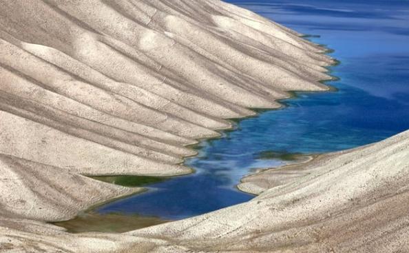 De acordo com a crença afegã, os enormes depósitos minerais ao redor dos lagos teriam sido colocados no local por Hazrat Ali, genro do Profeta Muhammad. Foto de Paula Bronstein/Getty Images