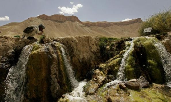 A água rica em minerais, com prováveis propriedades terapêuticas, borbulha em meio às pedras. Foto de Zohra Bensemra/Reuters