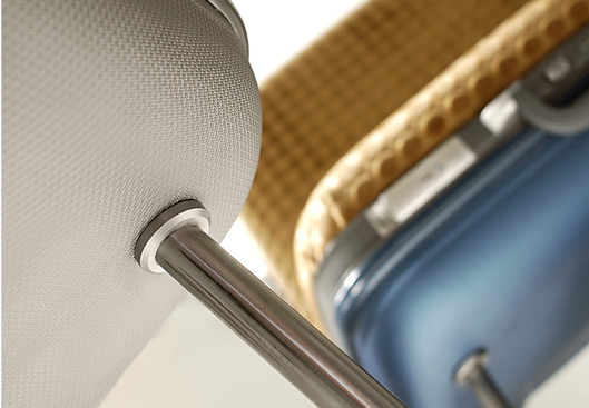 Pernas em metal sustentam estofados removíveis