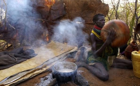 Pela manhã, Longole Lochan prepara para as crianças o leite retirado de suas cabras