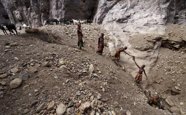 Mulheres coletam água para o gado no alto do Loima. Diante da falta de chuva, é preciso cavar profundamente para achar água