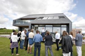 O engenheiro químico dinamarquês Sverre Simonsen mostra sua nova residência sustentável a grupo de jornalistas estrangeiros
