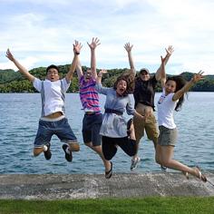 O estudantes (da esquerda para direita) Yixin Liu, Brandon Loughery, Kate Edgar, Tom Lewkowitz e Mi Gyeong Koo, que participaram de projeto na República do Palau