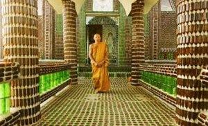"""O Wat Lan Kuad, na Tailândia, é conhecido como o """"Templo de um milhão de garrafas"""""""
