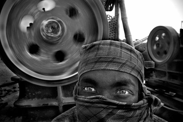 O trabalho de Khaled Hasan, é um retrato de Kalam Ali, de 26 anos, que há quatro arrisca a vida como operador de uma máquina trituradora de pedras em Bangladesh.