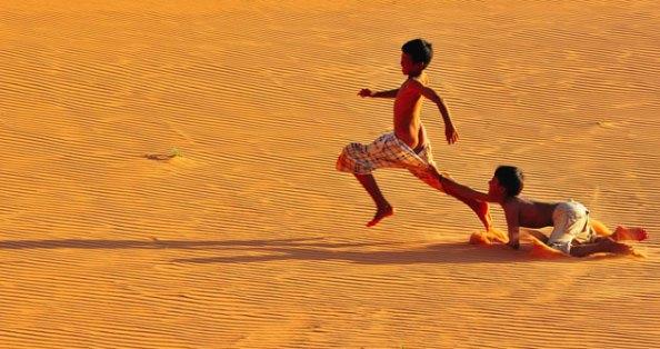 Tân Viêt Vãn explora a imagem de crianças brincando numa região desértica do Vietnã.