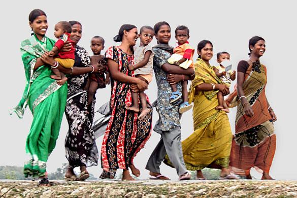 Asis Kumar Sandval mostra mães e filhos a caminho do posto de vacinação no Dia da Pólio na Índia.