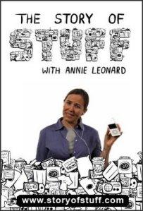 A ativista norte-americana Annie Leonard é a roteirista e apresentadora do vídeo