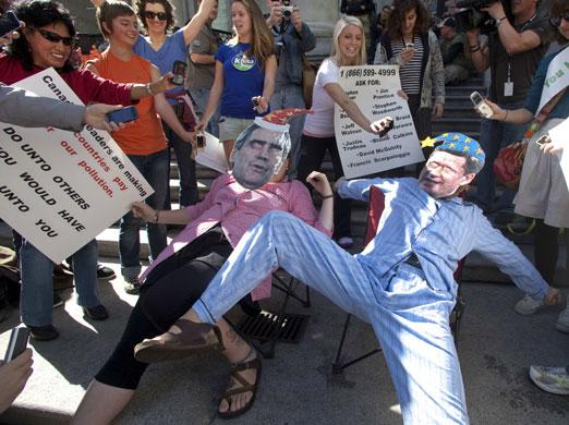 Ativistas usam máscaras do primeiro-ministro do Canadá, Stephen Harper, (direita) e do líder da oposição, Michael Ignatieff, em Vancouver, no Estado da Columbia Britânica, durante a Semana do Clima. Foto de ANDY CLARK/REUTERS