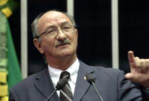 Flávio Torres informou que na primeira semana em que atuou no Senado guardou todo o material recebido, formando uma pilha de meio metro de papel branco
