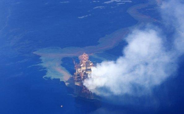 Desde 21 de agosto – quando ocorreu um acidente com a sonda de perfuração offshore Montana, que pertence à companhia de petróleo tailandesa PTTEP – 403 mil litros de óleo se espalhou pelo Mar do Timor, numa porporção de 300 a 400 barris por dia.  Foto de Kimberley Whale Watching/WWF
