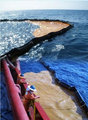 A AMSA – Australian Maritime Safety Authority – usa equipamentos especiais para tentar conter o vazamento.    Foto de AMSA