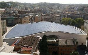 Em 2007, foram instalados 2.400 painéis solares nos 5 mil metros quadrados de teto do Salão Paulo VI